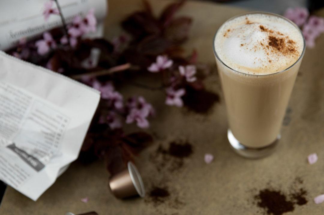 Dirty Chai Latte mit Blumen, Header