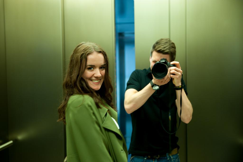 Alex und Lisa im Aufzug