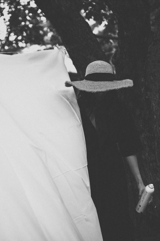 Look: schwarzes Wickelkleid und Strohhut